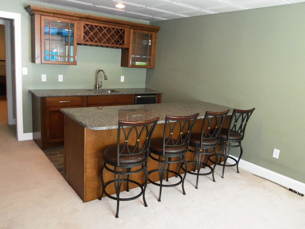Basement recreation room wet bar